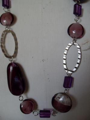 Sautoir perles prune-métal.