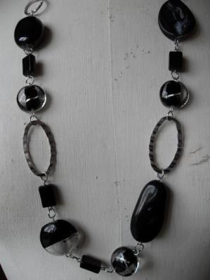 Sautoir perles noires et métal.