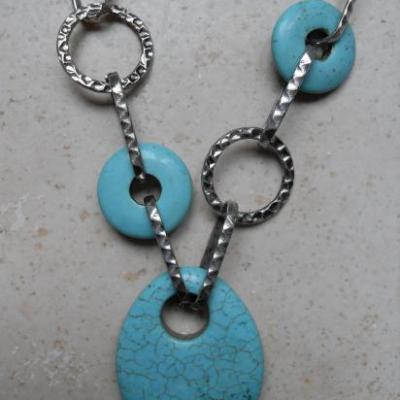 Collier métal et pendentif turquoise.