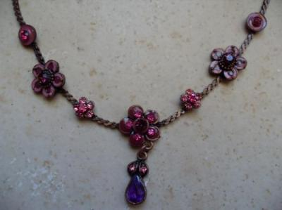 Collier bronze et fleurs roses