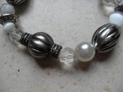Bracelet perles métal et blanches.