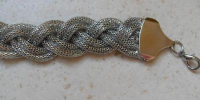 Bracelet tresse métal.