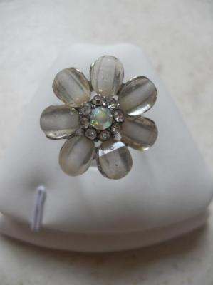 Bague fleur émail blanc-strass.