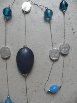 Sautoir chaîne-perles de verre turquoise.