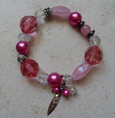Bracelet rose et pampilles.