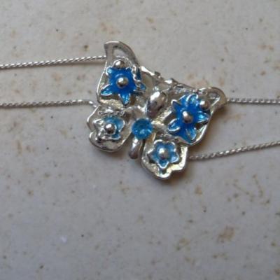Bracelet chaînes et papillon turquoise.
