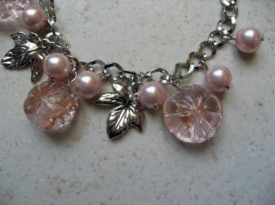 Bracelet chaîne, fleurs de verre roses.