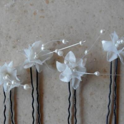 Epingles fleurs blanches-filet de perles.