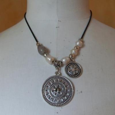 Collier perles et pendentifs métal et strass.