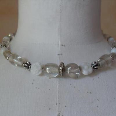 Collier perles cristal, verre blanc-opaque.