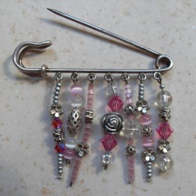Broche-épingle métal, perles et pampilles.