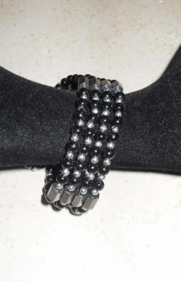 Bracelet noir-métal, hématites et perles nacrées.