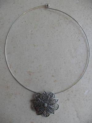 Collier cable et pendentif fleur.