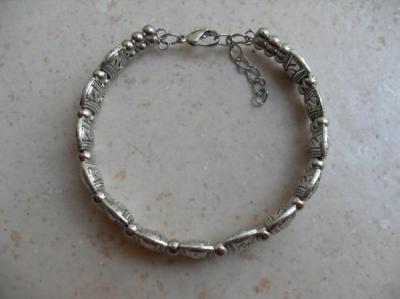 Bracelet rigide perles métal argenté.