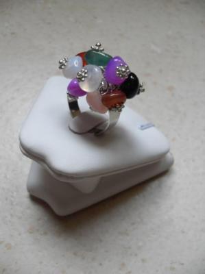 Bague petites pierres multicolores.