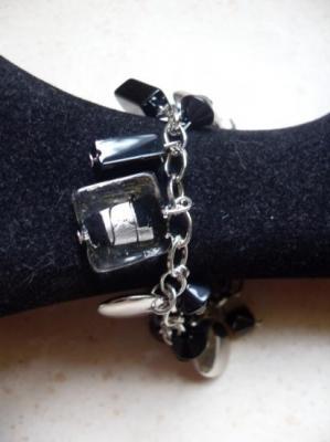 Bracelet chaîne, pampilles, carré de verre et perles noires.