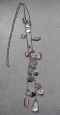 Sautoir chaîne-perles roses.
