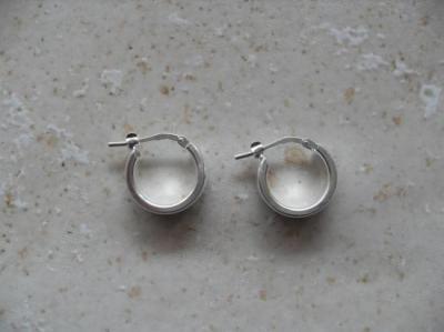 Petits anneaux larges en argent 925.