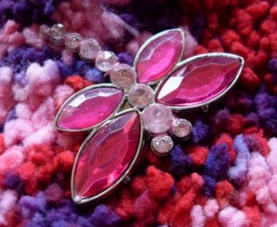 Chaussons rose-violet et libellule strass.