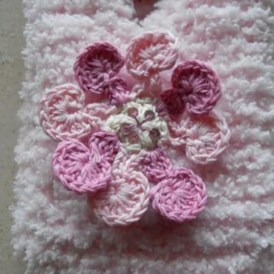 Chaussons roses brodés de fleurs.