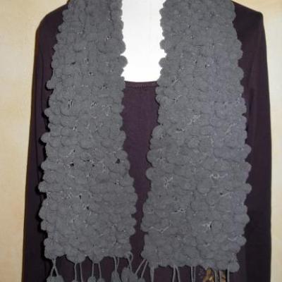 Echarpe longue, laine grise et petites boules.