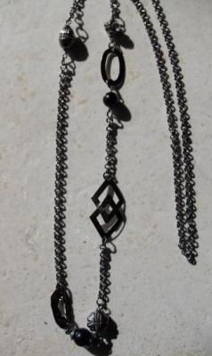 Sautoir chaîne noire, perles et strass.