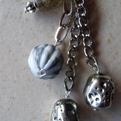 Bijou de sac, perles rondes argenté et grise.