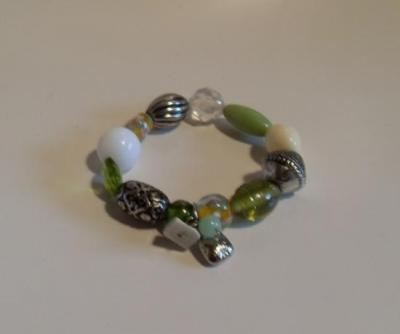 Bracelet perles métal-vertes-blanches et pampilles