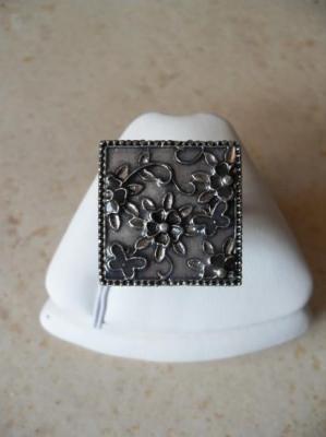 Bague carrée, émail gris et fleurs.