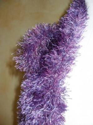 Echarpe fausse fourrure violette.