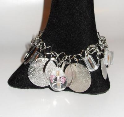Bracelet chaîne, perle verre blanche et ronds argentés.