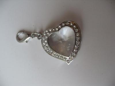 Bracelet maillons métal, fermoir T et coeur strass.