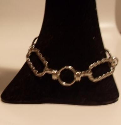Bracelet maillons rectangles ciselés en métal argenté.
