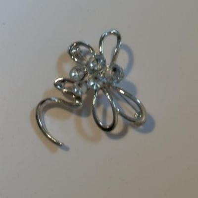 Broche libellule métal argenté et strass.