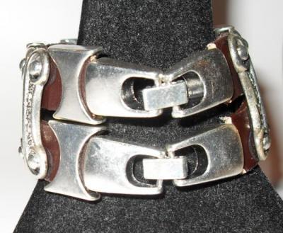 Bracelet large métal sur cuir marron.