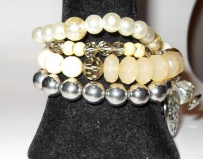 Bracelet 4 rangs de perles, pampilles et gros coeur métal.