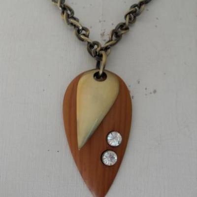 Collier chaîne bronze et pendentifs bois et strass.