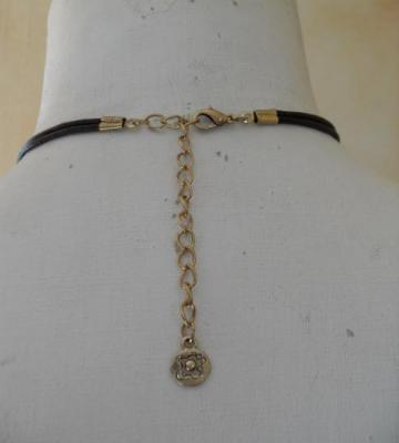 Collier marron,perles, pendentif rond, fleurs et strass.