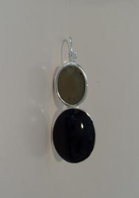 Boucles pendantes, strass ovales gris et émail noir.