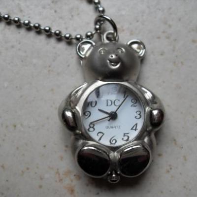 Montre-collier ours métal argenté.