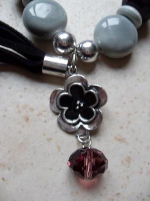 Bracelet perles, métal, fleur émail noir et cordon velours.