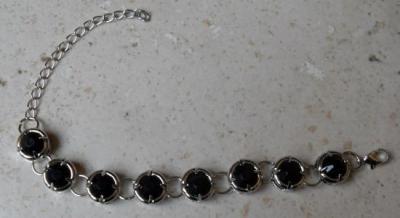Bracelet maillons métal et ronds strass noir.