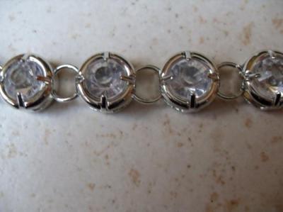 Bracelet maillons métal et ronds strass blanc.