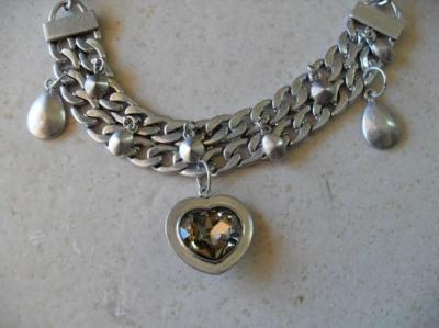 Collier gros maillons plats métal et coeur strass.