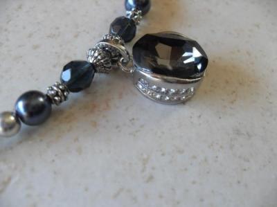 Collier perles et pendentif ovale strass gris.