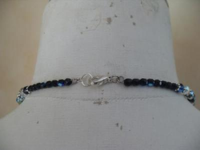 Collier perles et pendentif rond, noir et fleur.