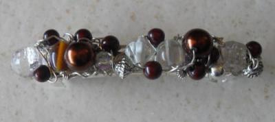 Barrette métal, perles marrons et blanches.