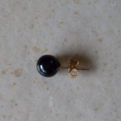Boucles d'oreilles boules onyx et plaqué or.