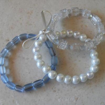 Bracelet 3 rangs de perles ton bleu et ruban blanc, collection