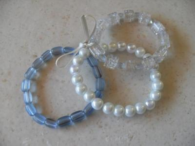 Bracelet 3 rangs de perles ton bleu et ruban blanc, collection